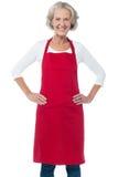 Vrolijke oude zekere vrouwelijke chef-kok stock afbeeldingen