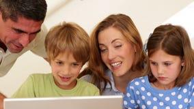 Vrolijke ouders en kinderen die kunsten en ambachten samen doen stock video