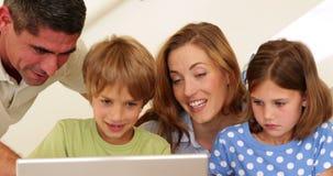 Vrolijke ouders en kinderen die kunsten en ambachten samen doen stock videobeelden