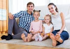 Vrolijke ouders met twee dochters royalty-vrije stock afbeelding