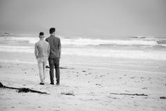 Vrolijke paar het lopen holdingshanden stock foto