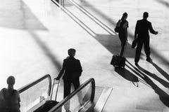 Vrolijke proef met in hand hoed en steward die dragend uniformen met lijnvliegtuig golft dat zich bij de luchthaven bevindt Stock Afbeelding