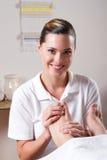 Vrolijke professionele masseuse Stock Afbeeldingen