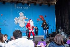 Vrolijke Santa Claus op een scène Stock Foto's