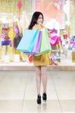 Vrolijke shopaholic dragende het winkelen zakken bij wandelgalerij royalty-vrije stock afbeelding