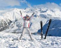 Vrolijke skiër op de bovenkant van berg Pirin Stock Afbeelding