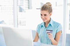 Vrolijke slimme onderneemster die online winkelen Stock Foto