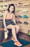 Vrolijke sportvrouw die professionele schoenen proberen Stock Afbeeldingen