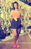 Vrolijke sportvrouw en kleurenballen voor tennis Royalty-vrije Stock Afbeelding