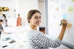 Vrolijke Student Writing op Whiteboard royalty-vrije stock afbeelding