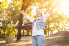 Vrolijke teruggetrokken vrouw die vreugde in het park uitdrukken stock foto's