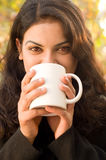 Vrolijke tiener met koffie Stock Foto