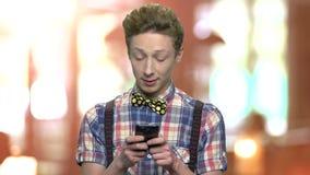 Vrolijke tienerjongen die smartphone gebruiken stock videobeelden