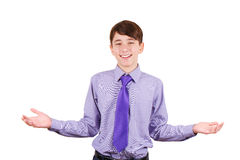 Vrolijke tienerjongen in overhemd en band die welkom teken en het glimlachen gesturing U bent welkom! Geïsoleerd op wit Stock Foto