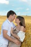 Vrolijke toekomstige ouders op het gebied Royalty-vrije Stock Foto's