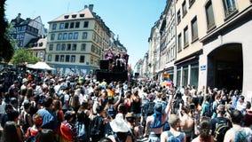 Vrolijke trots in de langzame Franse Straat van motie dansende LGBT mensen stock video