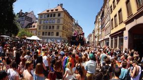 Vrolijke trots in de langzame Franse Straat van motie dansende LGBT mensen stock footage