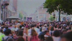 vrolijke trotsvrachtwagen met paradeduizenden van Europa van de Burgers dansende gelukkige atmosfeer stock video