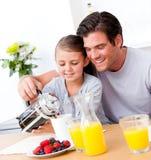 Vrolijke vader en zijn dochter die ontbijt hebben Royalty-vrije Stock Foto's
