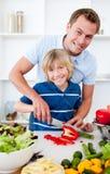 Vrolijke vader en zijn zoon het koken Royalty-vrije Stock Fotografie