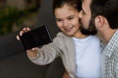 vrolijke vader met dochter het nemen selfie op smartphone royalty-vrije stock fotografie