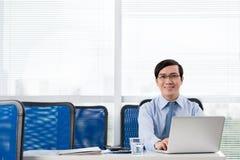 Vrolijke Vietnamese manager royalty-vrije stock foto