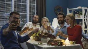 Vrolijke vrienden die foto op Thanksgiving day nemen stock foto