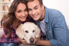 Vrolijke vriendschappelijke familie met vrij groot huisdier stock foto's