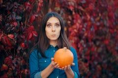 Vrolijke Vrouw in Autumn Leaves Decor Holding een Pompoen royalty-vrije stock foto's