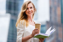 Vrolijke vrouw in de straat het drinken koffie Royalty-vrije Stock Foto's