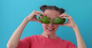 Vrolijke Vrouw die Avocadoogen maakt stock footage