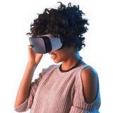 Vrolijke vrouw die de VR-beschermende brillen aanpassen Stock Afbeeldingen