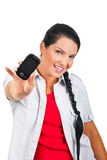 Vrolijke vrouw die een celtelefoon geeft stock afbeeldingen