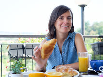 Vrolijke vrouw die een continentaal ontbijt hebben royalty-vrije stock fotografie