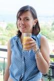 Vrolijke vrouw die een continentaal ontbijt hebben royalty-vrije stock foto's
