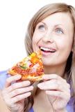 Vrolijke vrouw die een pizza houdt Stock Afbeeldingen