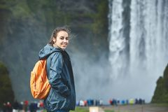 Vrolijke vrouw die en op aard in IJsland lopen stellen royalty-vrije stock afbeeldingen