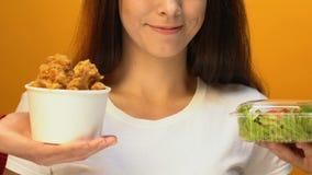 Vrolijke vrouw die groene salade in plaats van gebraden kip, gezonde levensstijl kiezen stock videobeelden
