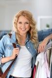 Vrolijke vrouw die het winkelen doet royalty-vrije stock foto's