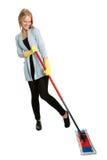 Vrolijke vrouw die pret heeft terwijl het schoonmaken Royalty-vrije Stock Fotografie