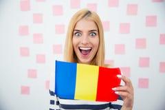 Vrolijke vrouw die Roemeense vlag houden royalty-vrije stock foto