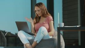 Vrolijke vrouw die skype op openlucht laptop spreken Skype-het bedrijfs spreken stock video