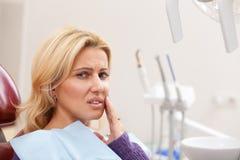 Vrolijke vrouw die tandcontrole hebben stock afbeelding