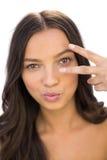 Vrolijke vrouw die vredesteken tonen Stock Afbeelding