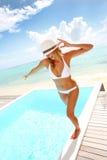 Vrolijke vrouw die zich door pool bevinden Stock Fotografie