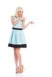 Vrolijke vrouw in het lichtblauwe kleurenkleding richten Stock Afbeeldingen