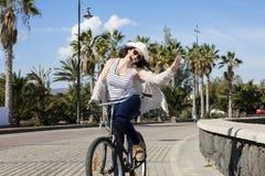 Vrolijke vrouw op vakantie in Lanzarote Royalty-vrije Stock Afbeeldingen