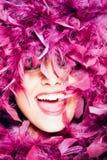Vrolijke vrouw in roze veren stock foto's