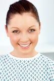 Vrolijke vrouwelijke patiënt die bij de camera glimlacht Royalty-vrije Stock Foto