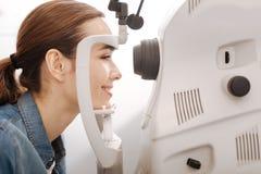 Vrolijke vrouwelijke patiënt die haar gecontroleerde visie hebben Royalty-vrije Stock Fotografie
